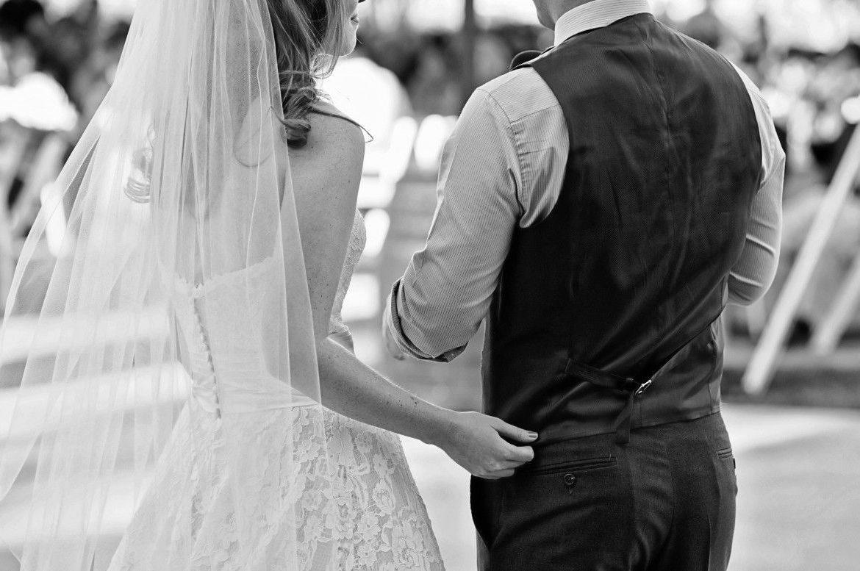 Scopri i segnali dalle foto del tuo matrimonio per capire se sta naufragando.