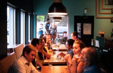 """Ma la ruota, oltre la possibilità di non pagare, contiene altre 19 opzioni tra cui molte con sconti e bottiglie offerte. Ma c'è anche qualche pegno. Infatti qualcuno potrebbe trovarsi costretto a sparecchiare il proprio tavolo, mentre altri a ballare con un cameriere o preparare il caffè per tutti. Insomma un modo diverso per trascorrere una serata ma nel rispetto della tradizione """"La nostra è una cucina tipica napoletana, classica, come quella della nonna. Anche i nostri piatti di portata – conclude De Vivo – rispecchiano la tradizione: utilizziamo infatti pentole e stoviglie molto particolari""""."""