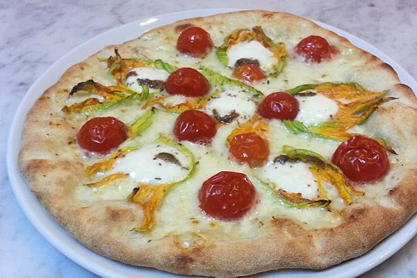pizza fiori di zucca e pomodorini