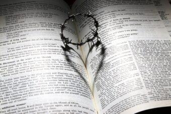 """Pensieri scritti a mano. Poesia di Raffaele Smarrazzo: """"Ho più rughe sul cuore che sul viso"""""""
